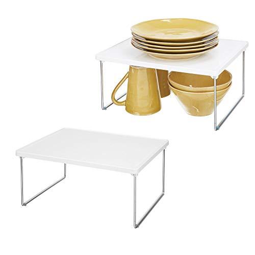 mDesign 2er-Set Tellerregal für die Küche – praktische Geschirrablage aus Kunststoff und Metall für mehr Abstellfläche – Rutschfester Schrankeinsatz zum Stapeln – weiß/silberfarben
