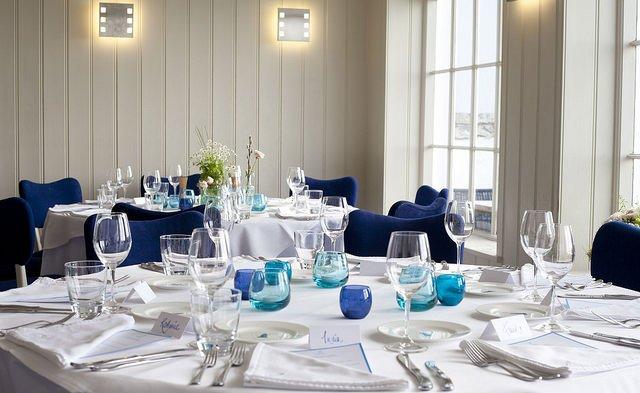 Zum jeweiligen Anlass passend stilvoll gedeckter Tisch