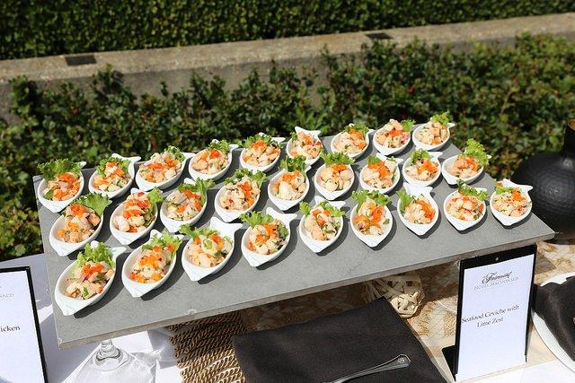 Feine Speisen vom Cateringservice für die Gartenparty