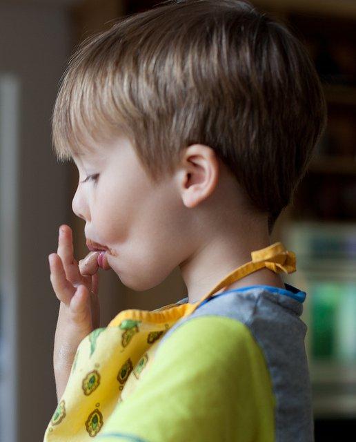 Junge beim Brezeln Backen