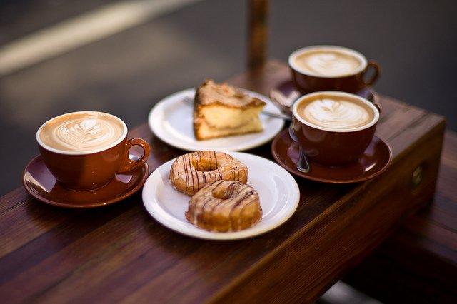 Frischer Kaffee und Kuchen aus dem Backhaus
