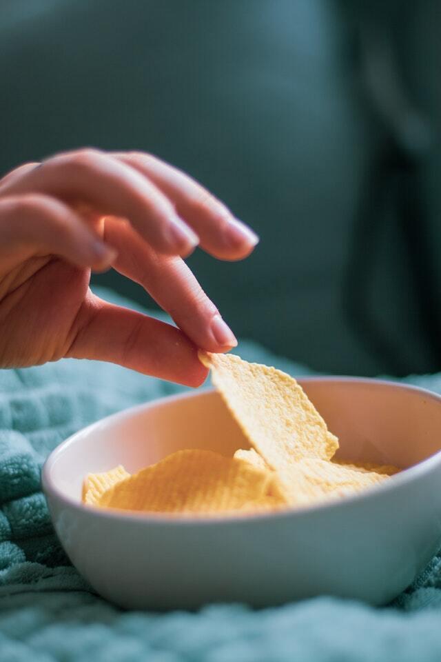 Kartoffelchips in der Schale Hand